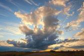 Mooie cirruswolken bij zonsondergang voor achtergrond — Stockfoto