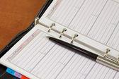 Abrir cuaderno con un lápiz — Foto de Stock