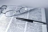 Libro abierto con gafas y pluma — Foto de Stock