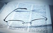O gözlüklerle kitap açıldı — Stok fotoğraf