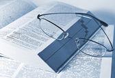 Closeup de libros abiertos y gafas — Foto de Stock