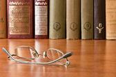 Verres et ouvrages en bibliothèque — Photo