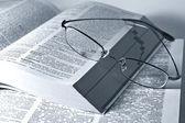 Libro aperto e occhiali — Foto Stock