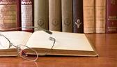 Lunettes de vue sur le livre ouvert de vintage — Photo