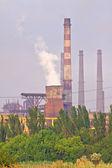 Fabriek met schoorstenen doen luchtverontreiniging — Stockfoto