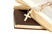 Rosário sobre uma velha bíblia sagrada — Fotografia Stock