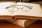 Livro e óculos — Foto Stock