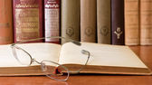 Gafas con viejos libros de pasta dura — Foto de Stock