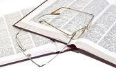 Högen av böcker med glasögon — Stockfoto