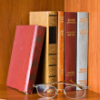 Books and glasses on bookshelf — Stock Photo