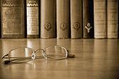 Brýle v knihovně — Stock fotografie