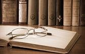 Oude boeken en glazen — Stockfoto