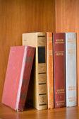 Muy viejos libros en un estante — Foto de Stock