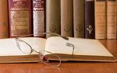 Bok och glasögon — Stockfoto