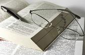 Otevřené knihy, brýle a pero — Stock fotografie