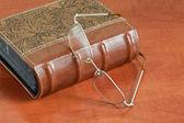 Livro e óculos — Fotografia Stock