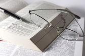 Książki, okulary i pióra — Zdjęcie stockowe
