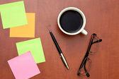 Notas recordatorias, pluma y vasos con taza de café — Foto de Stock