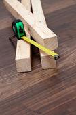 Tablones de madera con regla de medida metros — Foto de Stock