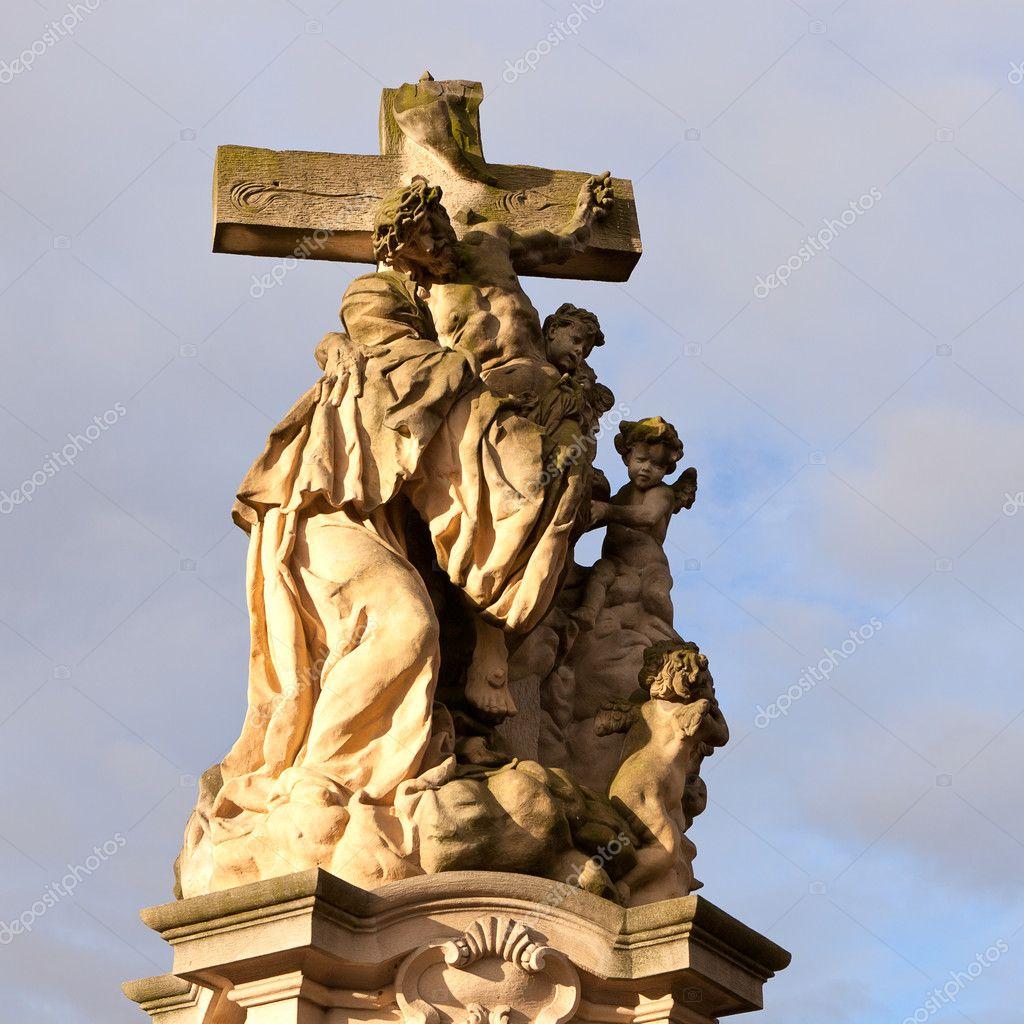 钉在十字架上的耶稣基督雕像