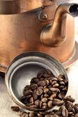Koffiebonen binnen de pot deksel — Stockfoto