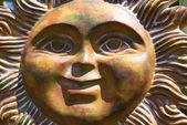 Uśmiechnięta twarz słońce ceramiczne — Zdjęcie stockowe