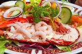 Grilled lobster and fresh shrimps served on a plate — Fotografia Stock