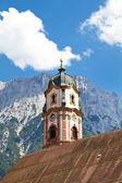 Mittenwald, bavyera kasabada güzel boyalı kilise çan kulesi — Stok fotoğraf