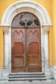 Antique wooden door in Italy — Stock Photo