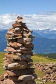 Adam i̇talyan alpleri'nde taş — Stok fotoğraf
