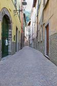 Alej v italské vesnici torno — Stock fotografie