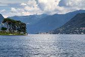 Lago di como nei pressi del villaggio di cernobbio, Italia — Foto Stock