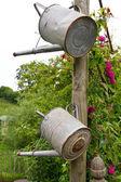 Dvě konve na dřevěný kůl — Stock fotografie