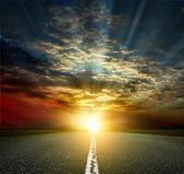 Pôr do sol e estrada de asfalto — Foto Stock