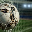 football. le ballon vole dans le portail net — Photo
