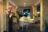 Mesa en el restaurante listo para clientes — Foto de Stock