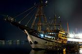 Strinnyj frigate in port at night — Stock Photo