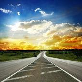 Większość drogi asfaltowej. płytkiej głębi ostrości — Zdjęcie stockowe