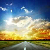 Paisaje de verano con el camino viejo — Foto de Stock