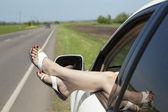 Fille au repos dans une voiture est tombé en panne — Photo