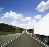 在公路上的红色拖车 — 图库照片