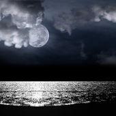美丽的满月背后多云 — 图库照片