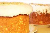 テーブルの上の 2 つのイースター ケーキ — ストック写真