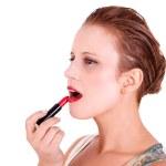 belle et heureuse femme d'âge moyen mettre rouge à lèvres, isolé sur fond blanc, studio tourné — Photo