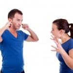 femme crier avec un homme, lui avec les mains sur ses oreilles, isolé sur blanc, studio tourné — Photo