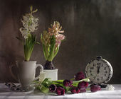 Still life with spring flowers and a clock — Stock Photo