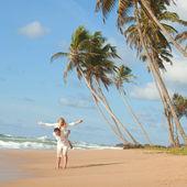 Giovane coppia sulla spiaggia del mare — Foto Stock