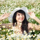 Счастливая женщина в поле маргаритки — Стоковое фото