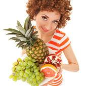 Divertimento donna con frutti succosi su fondo bianco — Foto Stock