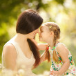 Foto Stock: Mother and daughter in park